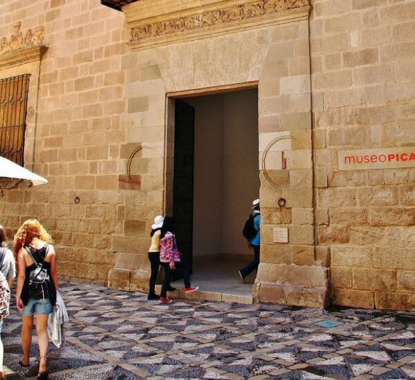 Entrada del museo Picasso en el palacio de Buenavista de Málaga