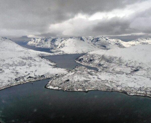 Sobrevolando paisajes nevados al norte de Noruega en invierno