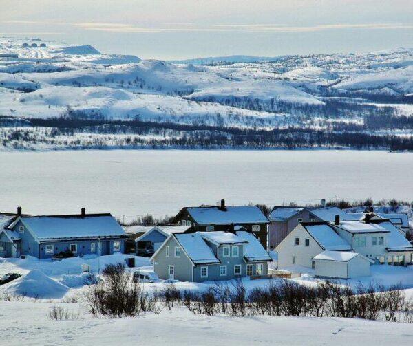 Paisajes nevados cerca de Kirkenes en Laponia Noruega