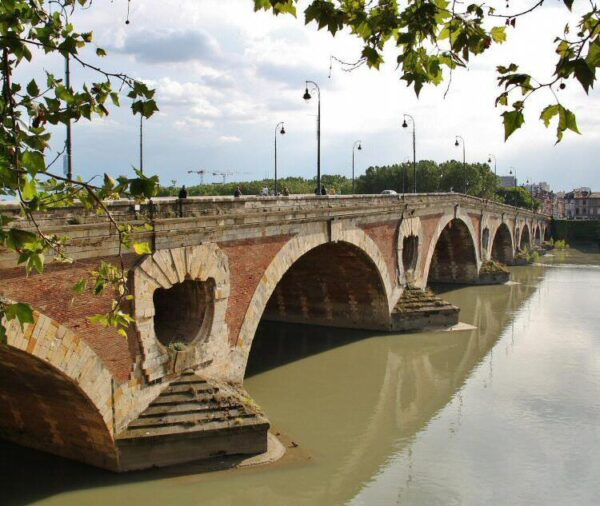 Puente nuevo sobre el río Garona en Toulouse