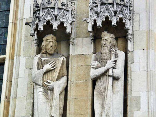 Estatuas en la fachada del Ayuntamiento de Brujas en la plaza del Burg