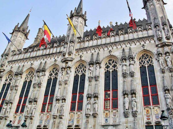 Fachada del Ayuntamiento de Brujas en la plaza del Burg