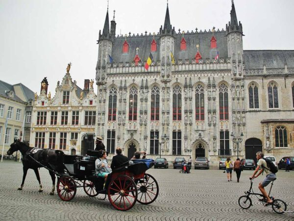 Ayuntamiento en la plaza del Burg de Brujas
