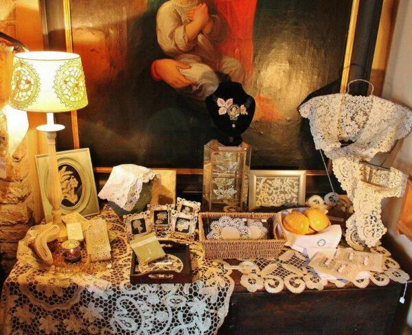 Tienda de encajes en Brujas en Bélgica