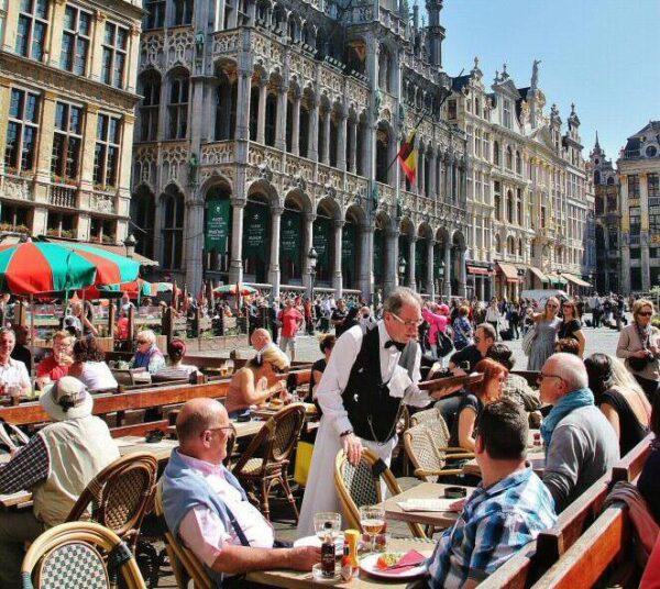 Terraza en la Grand Place de Bruselas en Bélgica