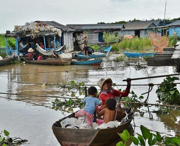 Pueblo de pescadores Tonle Sap en Camboya