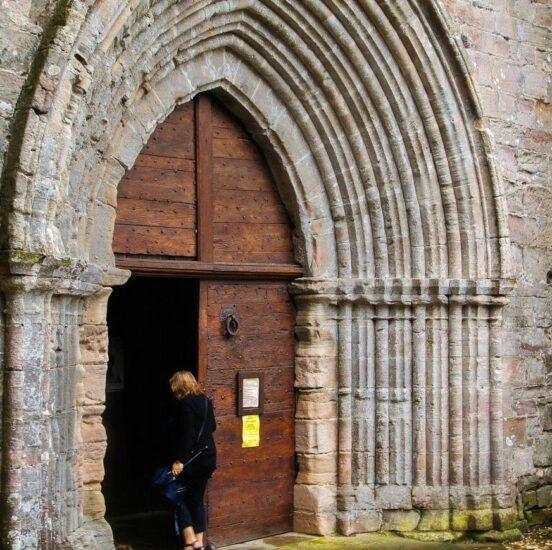 Portada de la iglesia de San Juan Evangelista en Najac