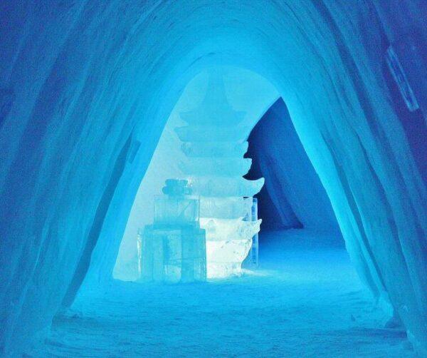 Pasillo central del hotel de hielo en Kirkenes al norte de Noruega
