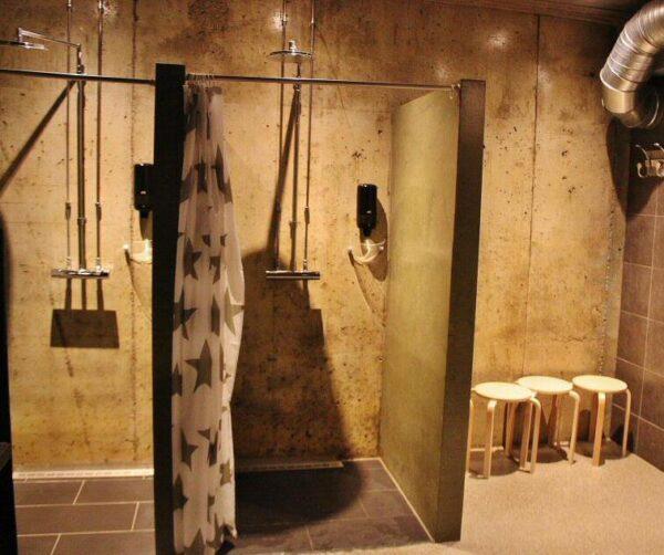 Zona de aseos y duchas del hotel de hielo en Kirkenes al norte de Noruega