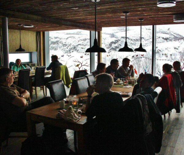 Desayuno en el hotel de hielo en Kirkenes al norte de Noruega