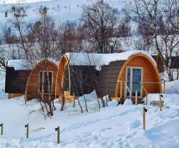 Casetas de madera en el Snowhotel de Kirkenes al norte de Noruega
