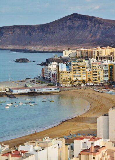 Las Coloradas tras la playa de las Canteras en Las Palmas de Gran Canaria