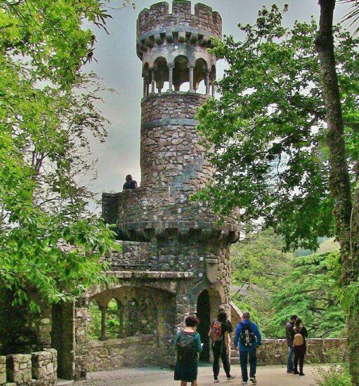 Torre de Zigurate en la Quinta de Regaleira en la Sierra de Sintra