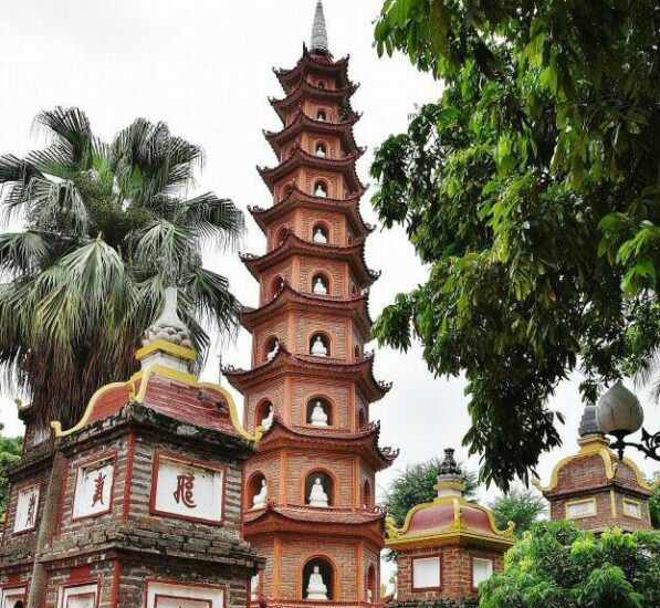 Pagoda de Tran Quoc en Hanoi en Vietnam