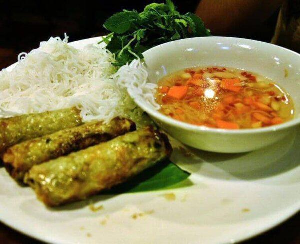 Comida en restaurante popular de Hanoi