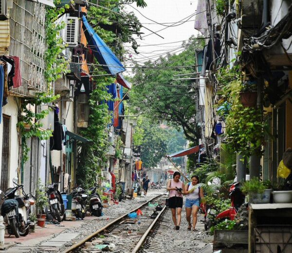 Tren por las calles de Hanoi en Vietnam