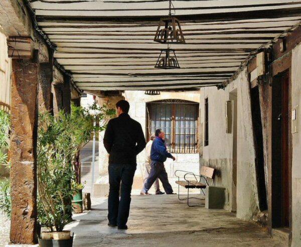 Pasaje porticado en casa tradicional de Covarrubias en Burgos