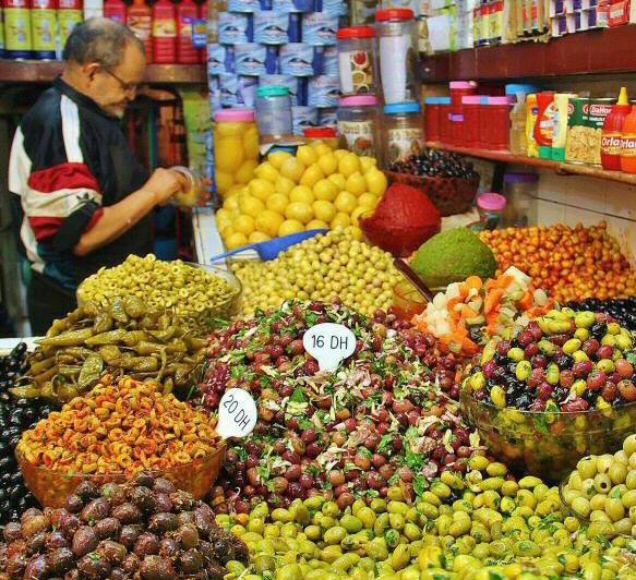 Variedad de aceitunas en un mercado de Tánger