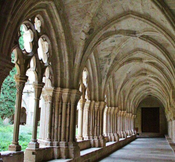 Claustro gótico del monasterio de Poblet en Tarragona