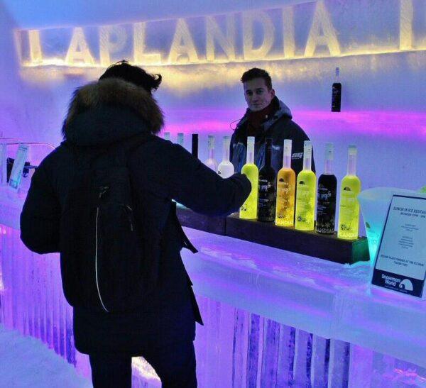 Bar de hielo en Snowman World en Santa Claus Village en Rovaniemi