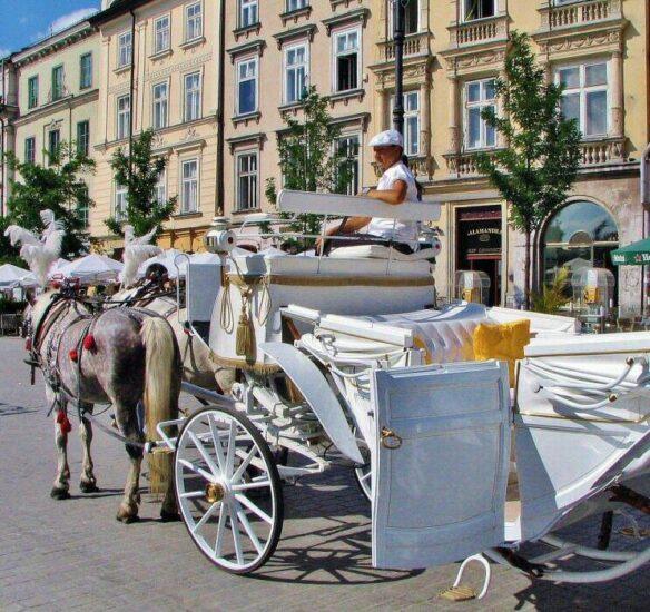 Carruaje de caballos en la plaza del Mercado de Cracovia