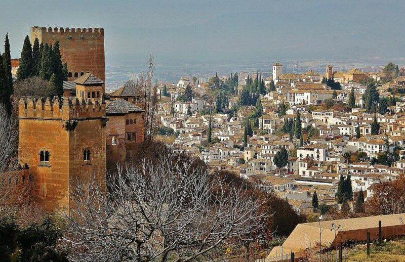 La Alhambra y el Albaicín desde los jardines del Generalife en Granada