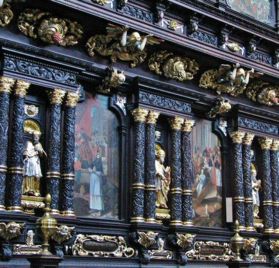 Coro de la Basílica de Santa María en la plaza del Mercado de Cracovia