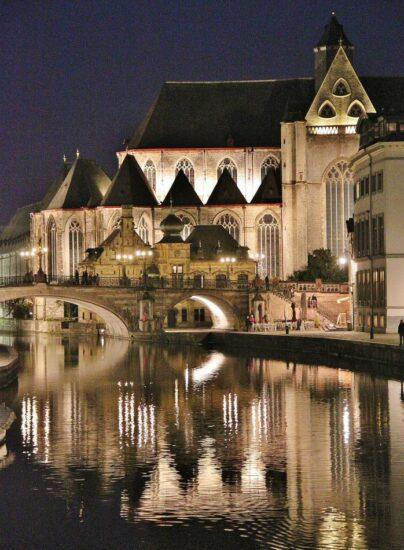 Iluminación nocturna de la iglesia de San Miguel en Gante