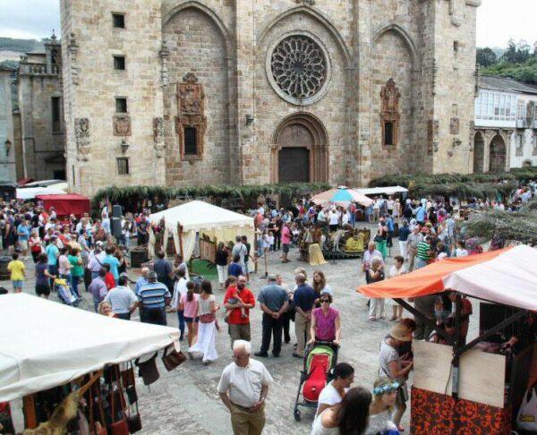 Plaza de la Catedral en el Mercado Medieval de Mondoñedo en Galicia