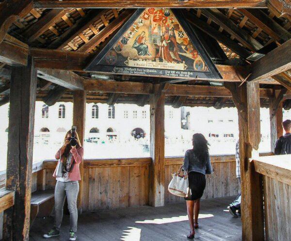 Pinturas renacentistas del puente medieval de Lucerna en Suiza