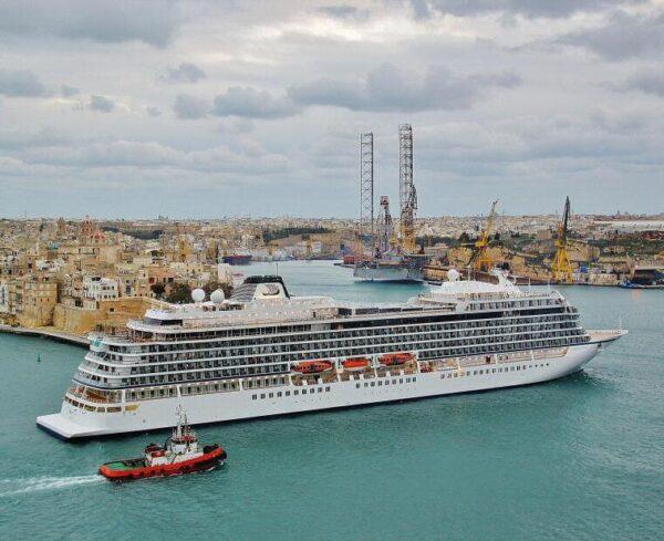 Barco de crucero entrando en puerto de La Valeta en Malta