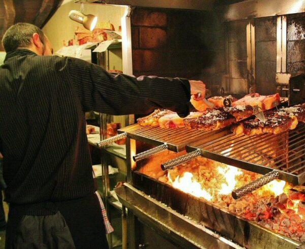 Chuletones en sidrería vasca de Astigarraga en San Sebastián