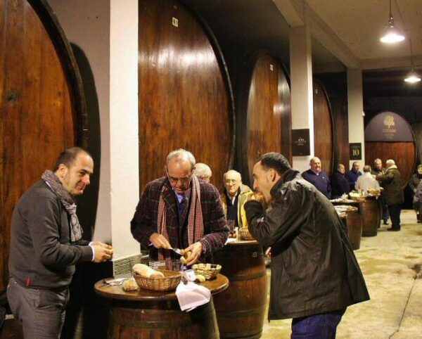 Txotx en sidrería de Astigarraga en País Vasco