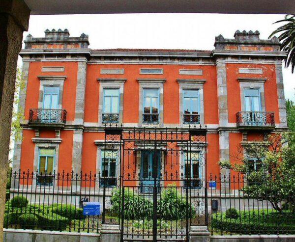 Casa de indiano en la calle Galiana del centro histórico de Avilés