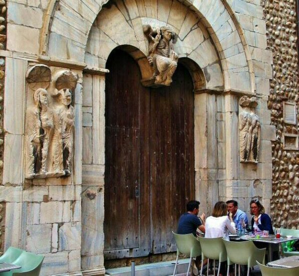 Portada románica de la iglesia San Juan el Viejo en Perpiñán