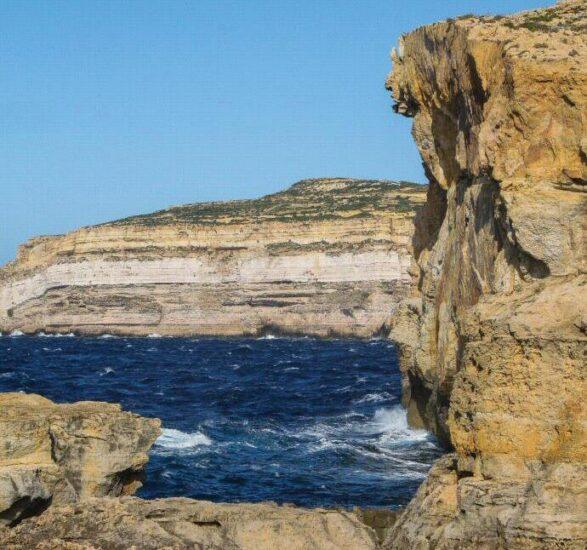 Acantilados de Dwejra donde estaba la Ventana Azul en Gozo en Malta