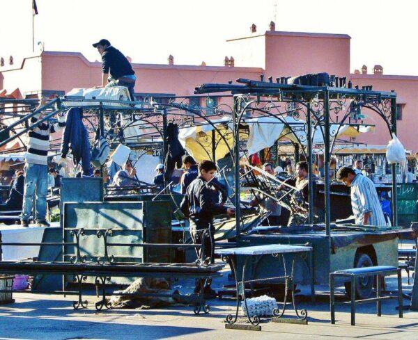 Montaje de chiringuitos en la plaza Jemaa El Fna de Marrakech
