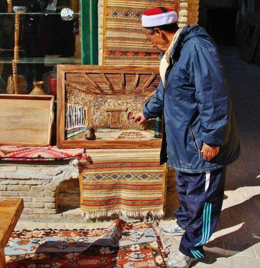 Artesanía en la medina de Tozeur en Túnez