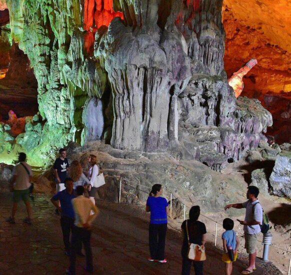 Cuevas de Sung Sot en la Bahía de Halong en Vietnam