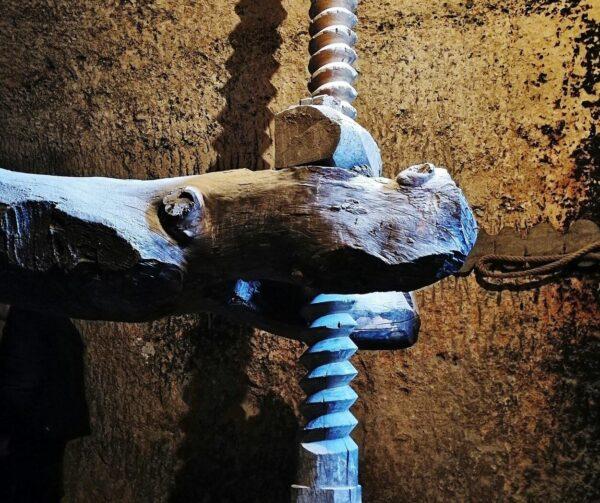 Prensa tradicional en bodega en cueva de Cigales