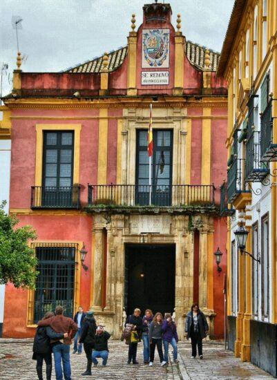 Salida del Real Alcázar en la plaza del Patio de Banderas de Sevilla
