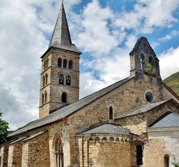Iglesia de Santa María de Arties en el Valle de Arán en Pirineos de Lleida