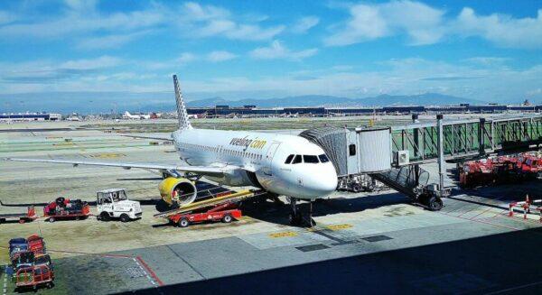 Avión de Vueling en aeropuerto de Barcelona