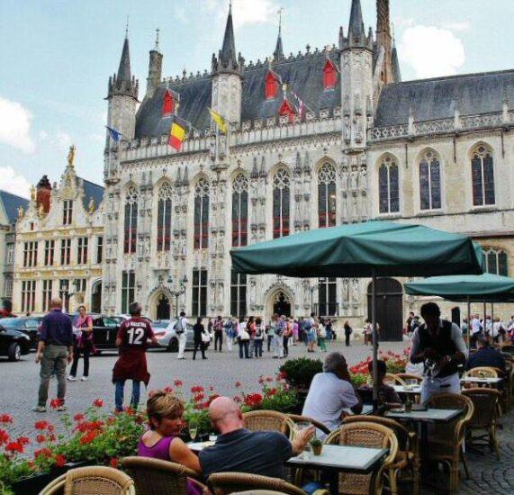 Ayuntamiento en la plaza del Burg en Brujas