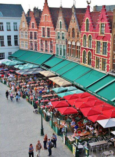 Rincón de la plaza del Mercado en Brujas