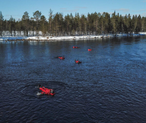 Ice Floating en Ruka en Laponia Finlandia