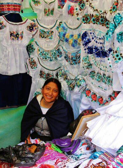 Mercado de Otavalo cerca de Quito en Ecuador
