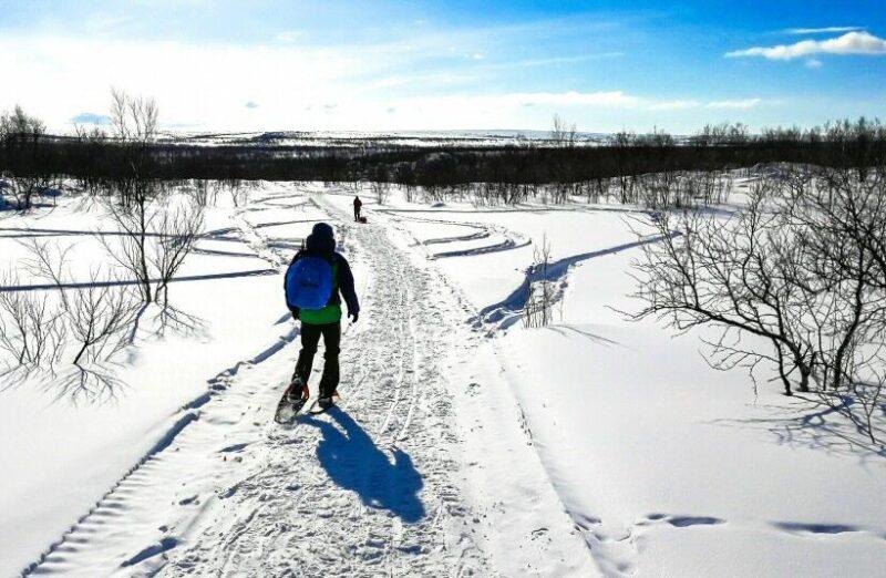 Trekking con raquetas de nieve en Karajok en Noruega Ártica