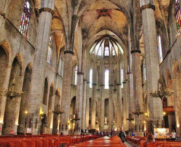 Nave de la Basílica de Santa María del Mar en Barcelona
