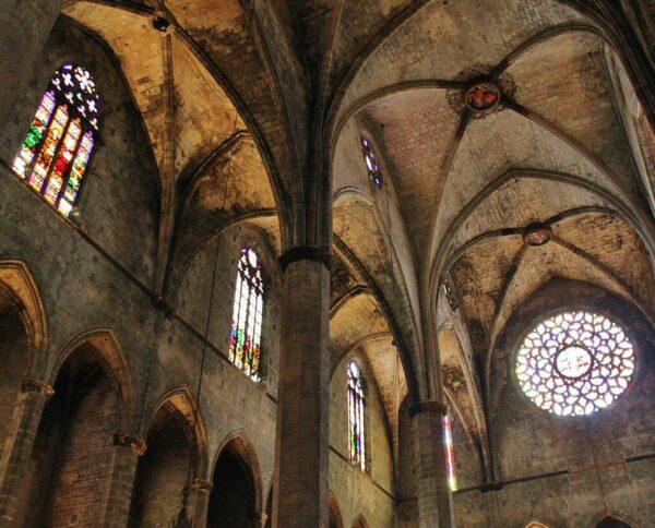 Interior de la Basílica Santa María del Mar en Barcelona